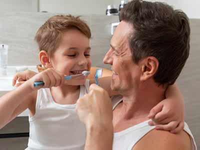Professionelle zahnreinigung kind und vater