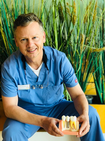 Zahnarzt Pablo Gonzalez Spezialist für Implantate